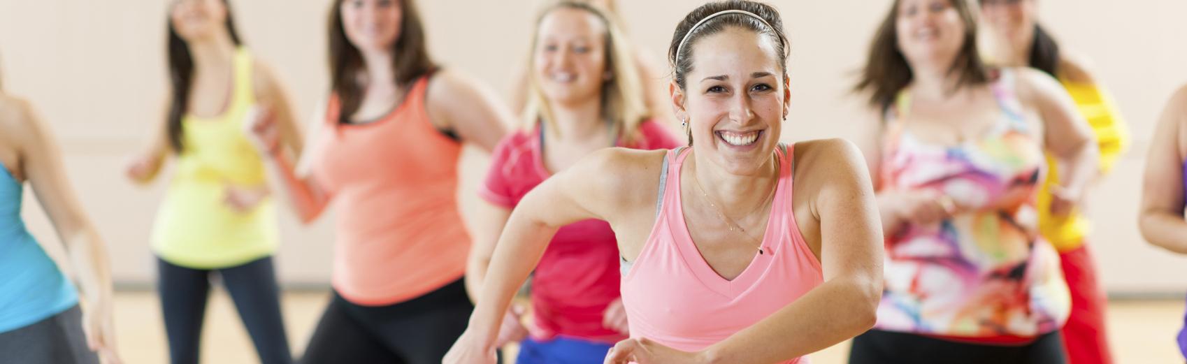 La zumba-fit est une combinaison de danse et d'aérobic, inspirée de musiques latines avec des touches de musique pop et urbaine. Aux sports universitaires, il se déroule en deux parties: dans la première, nous travaillons des pas de base de divers styles de danse tout en élevant le rythme cardiaque au travers de chorégraphies simples. Dans la deuxième, nous ajoutons des exercices plus musculaires à l'entraînement de danse.