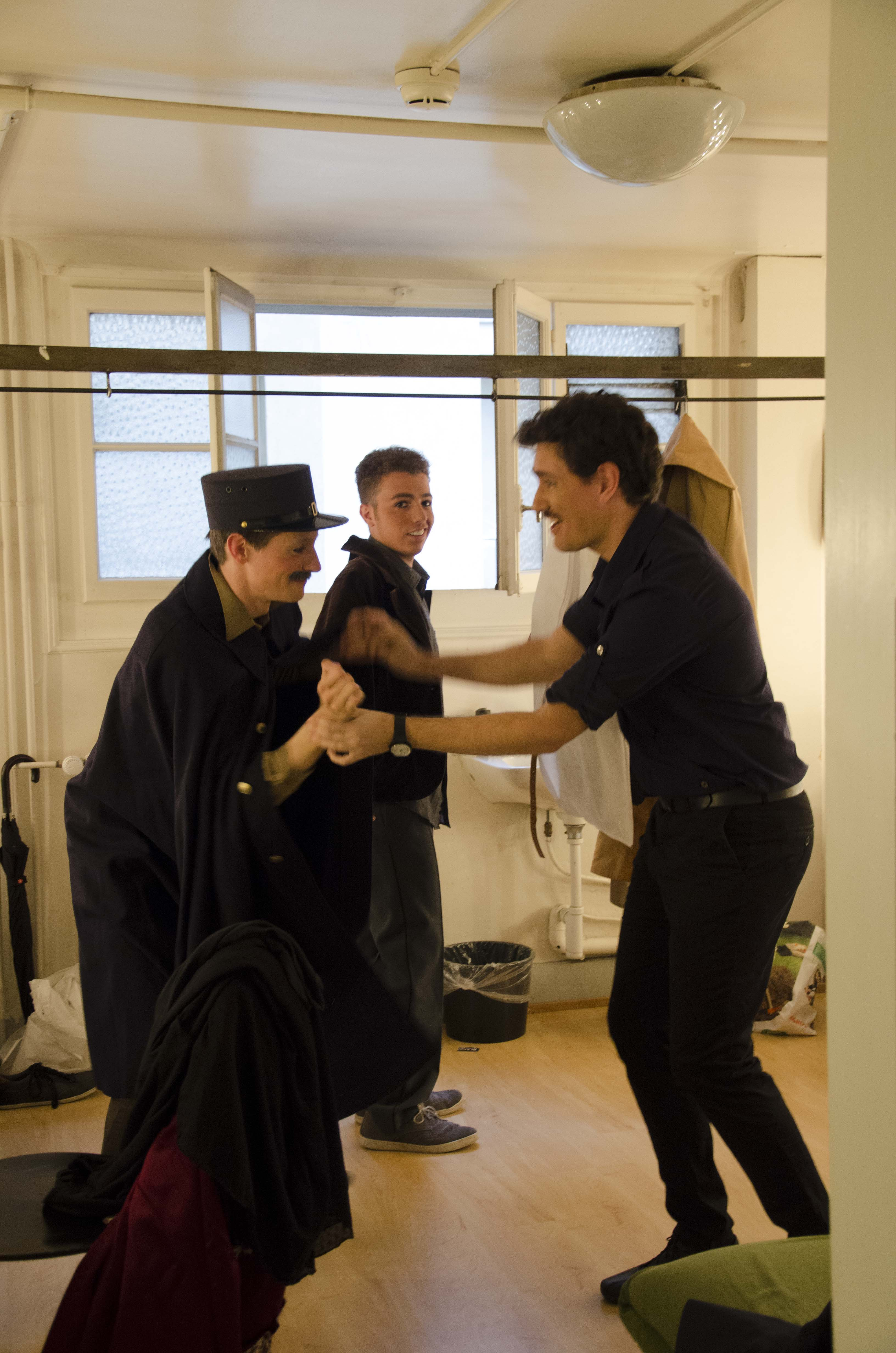 Les étudiants de l'atelier d'italien se détendent avant d'entrer sur scène
