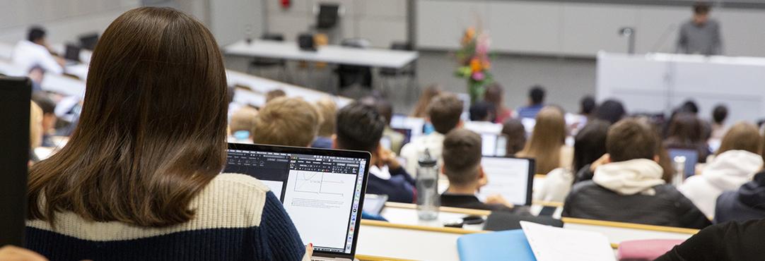 Photo de Jacques Erard. Etudiant-es dans un auditoire pendant un cours.
