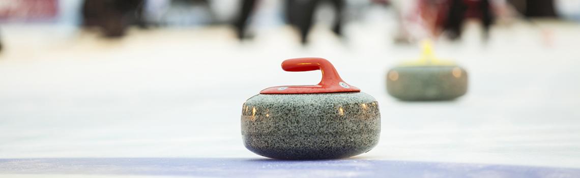 Le curling est un sport de précision se jouant par équipe.  Ce sport améliore à la fois la concentration, la coopération ainsi que la réflexion avec vos partenaires. Les lancers et déplacements sur la glace développent fortement l'équilibre.  Aux sports universitaires, cette activité est accessible à tous les niveaux, même à ceux qui n'ont encore jamais pratiqué.