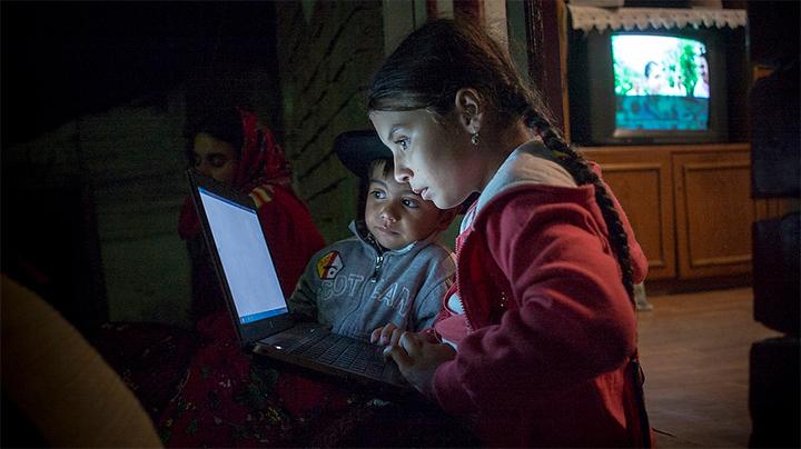 Enfants devant un ordinateur