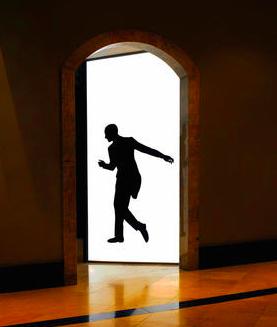 homme dans porte